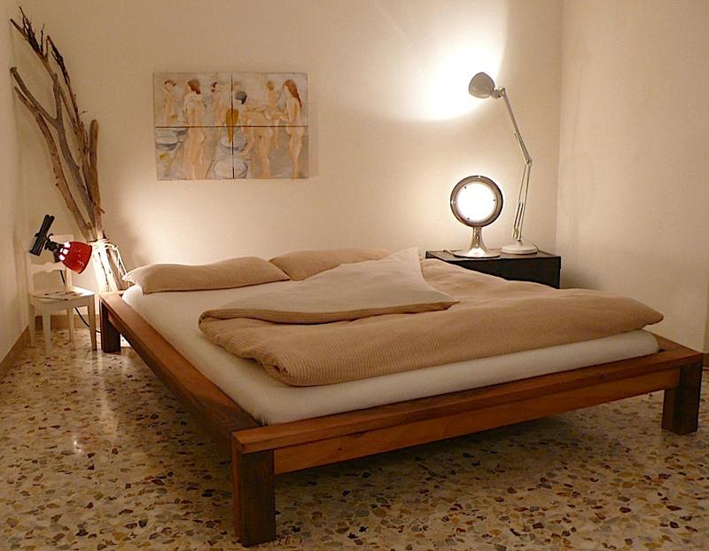 Un letto dalle linee essenziali in legno massello completo di doghe ...