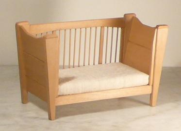 Un lettino culla per infanzia realizzato interamente in - Divanetto bambini ...